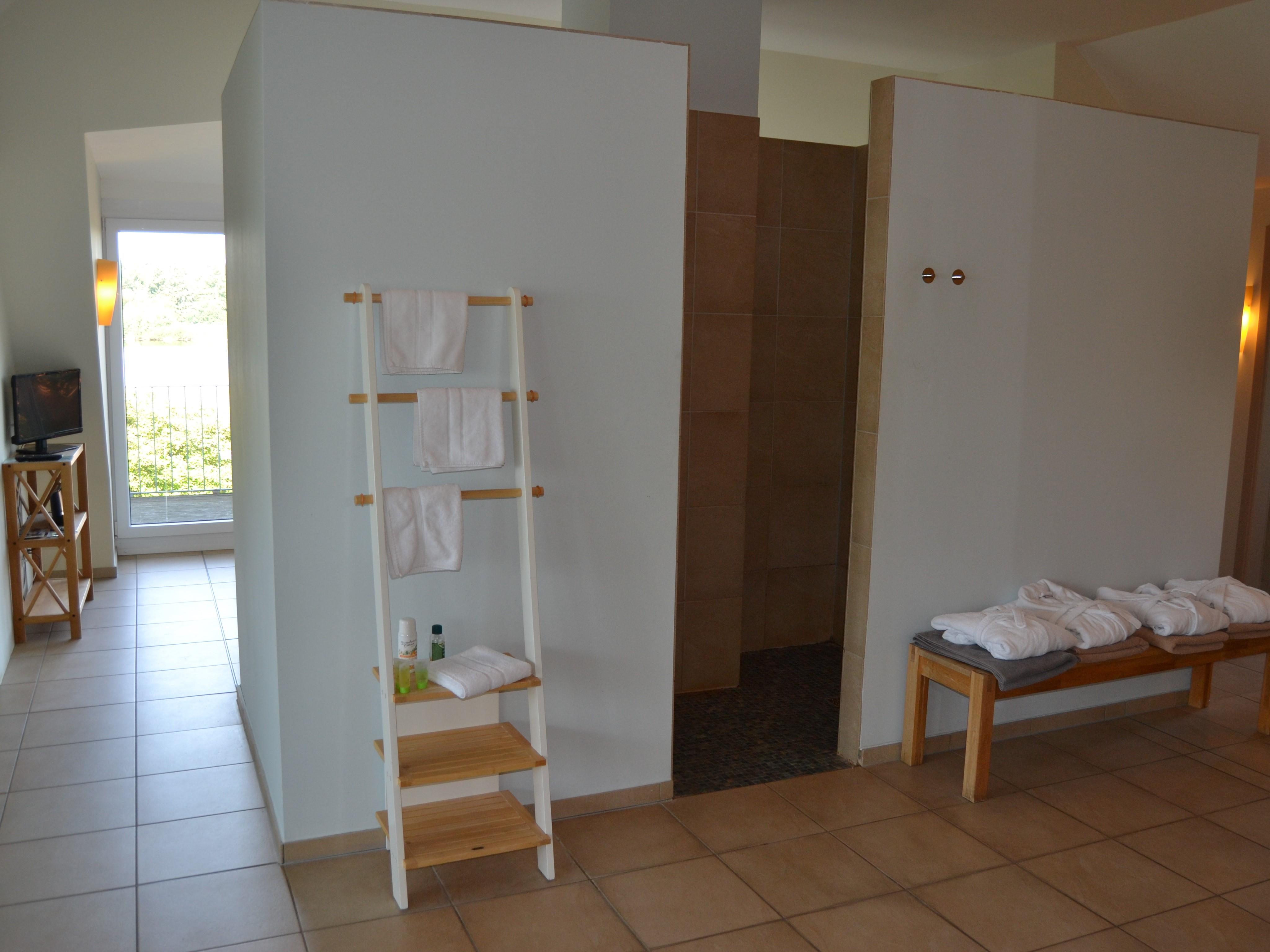 Duschbereich und freie Saunahandtücher + Bademäntel