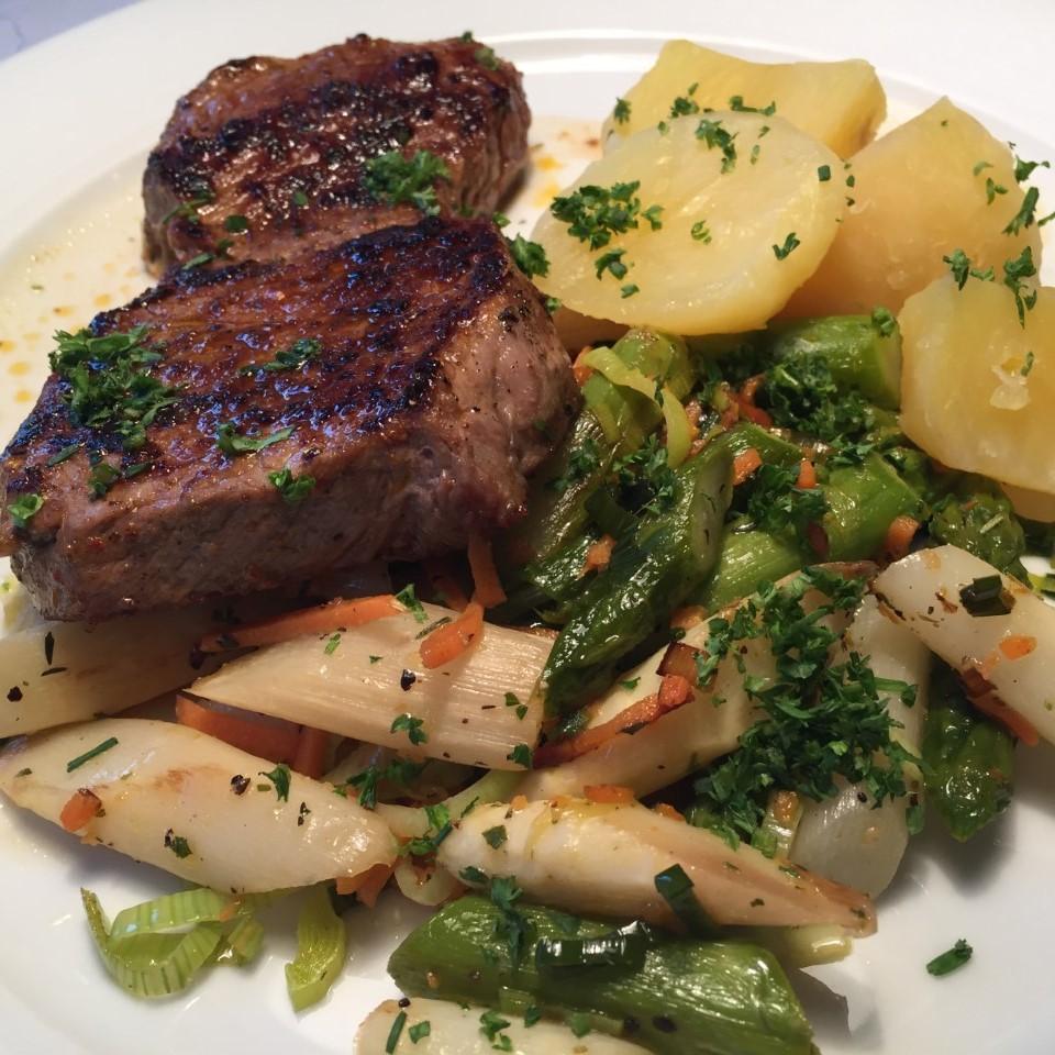 Mai 2019: Saftiges Rumpsteak an sautiertem grünen und weißen Spargel mit Salzkartoffeln, dazu wahlweise Sauce Hollandaise oder Bärlauchsoße