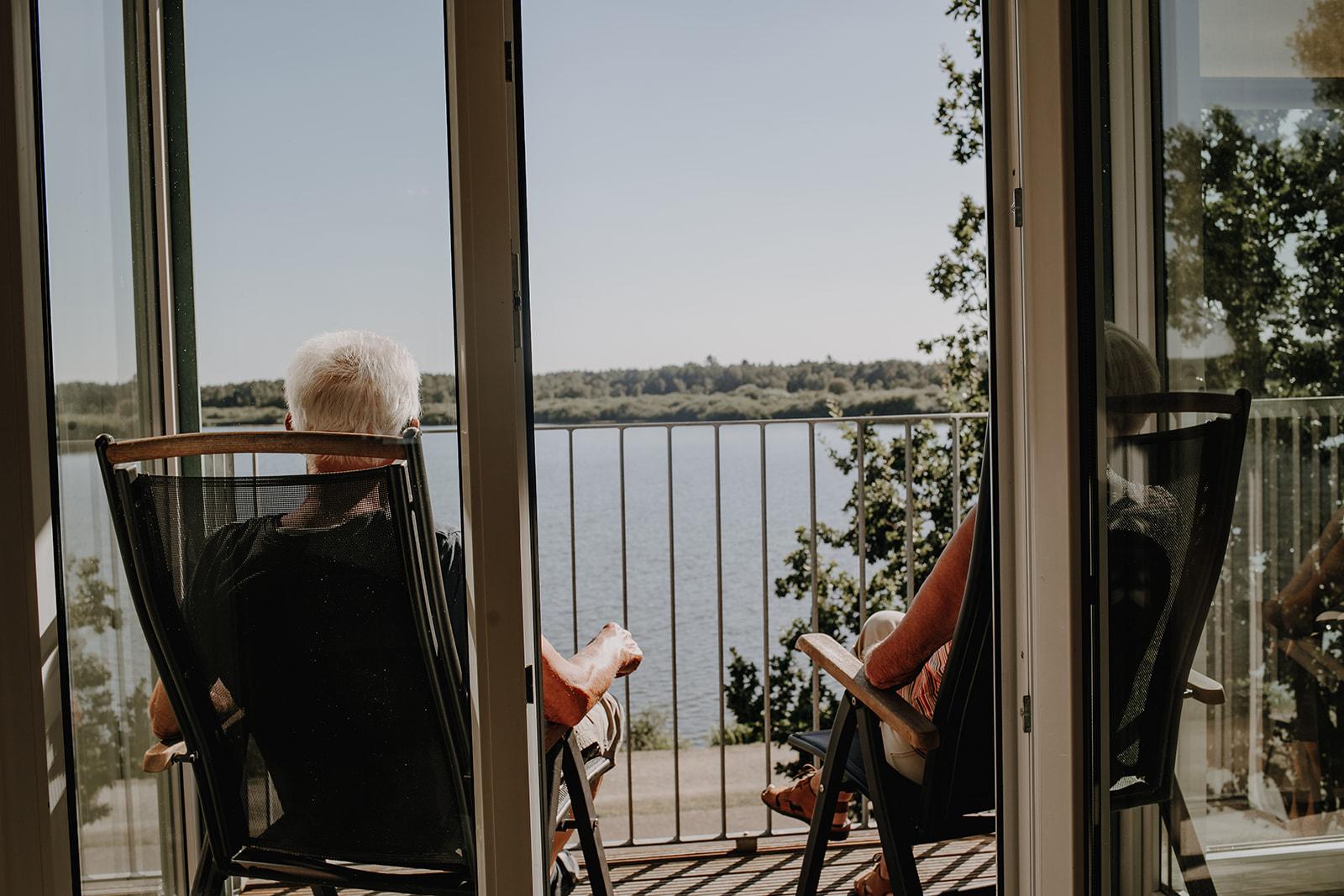 Die Ruhe genießen auf dem Balkon mit Seeblick