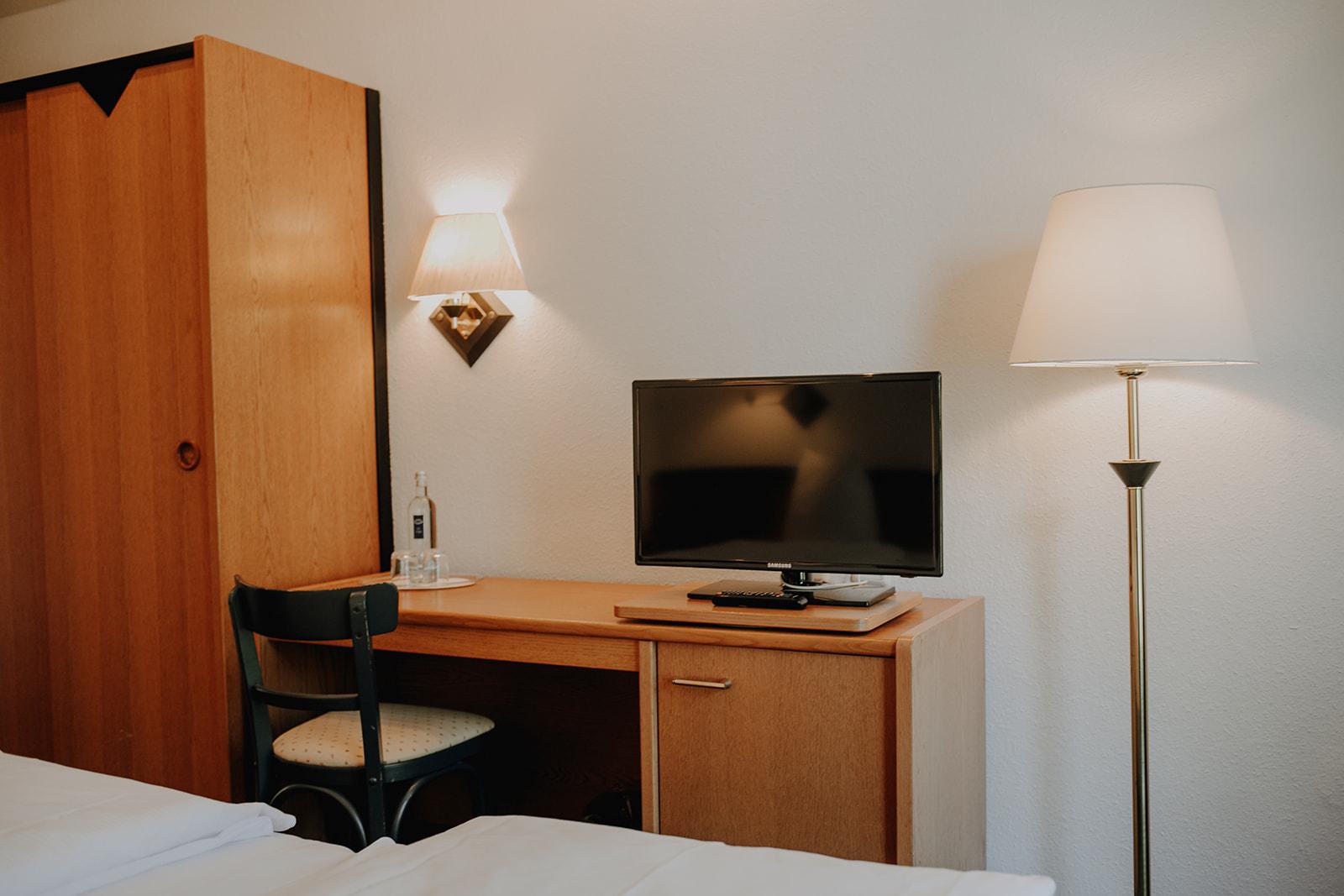 Komfort-Zimmer Blick vom Bett zum Smart-TV