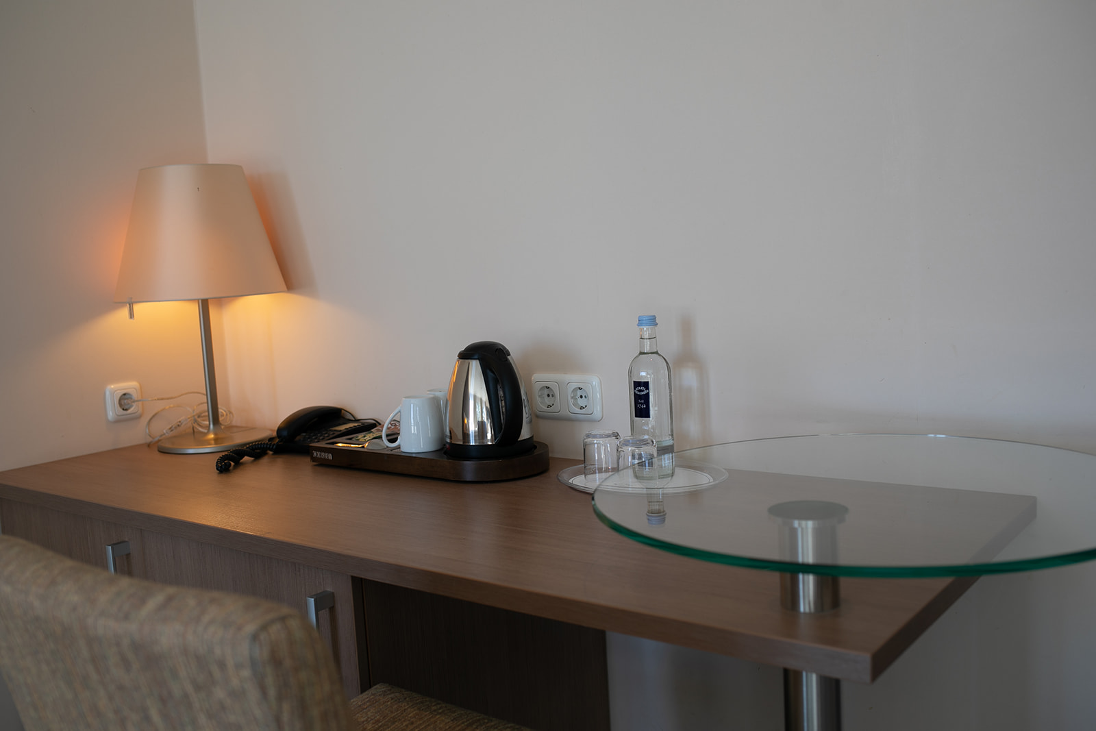 Schreibtisch mit kostenlosem Kaffee, Tee und Wasser